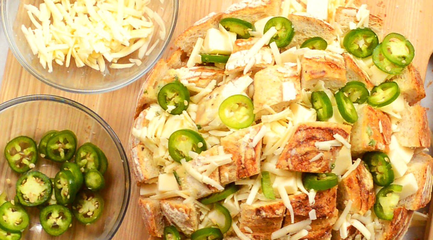 The Cheesiest Jalapeno Pull-Apart Bread